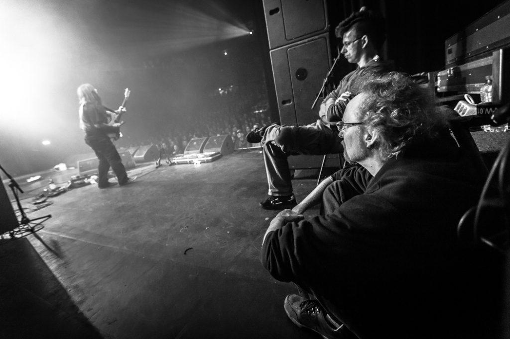 Walter Hoeijmakers geniet (r) onstage bij YOB op Roadburn 2012. Foto: Paul Verhagen