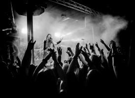 Vikingmetal en drinkhoorns: Ensiferum viert verjaardagsfeest in Rotterdamse Maassilo