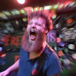 Hibakusha-gitarist Jochem Kok in een enthousiaste bui