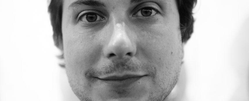 Video-interview: Frank Iero vertelt over nieuw album Parachutes en speelt 2 songs akoestisch voor je