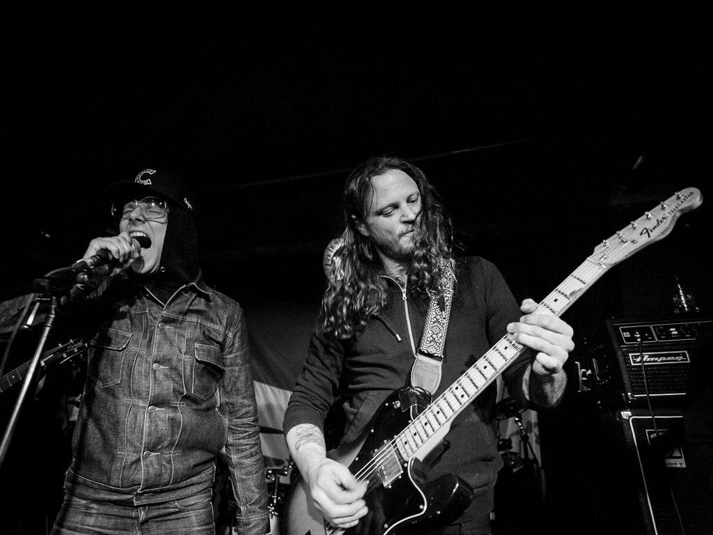 Dennis Duijnhouwer op gitaar bij Jonkoklapper op Roadburn 2017, foto Roy Wolters