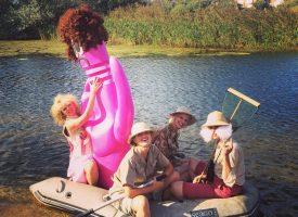 De Giletjes met Tarzan en een reusachtige roze genotsknots in de rimboe