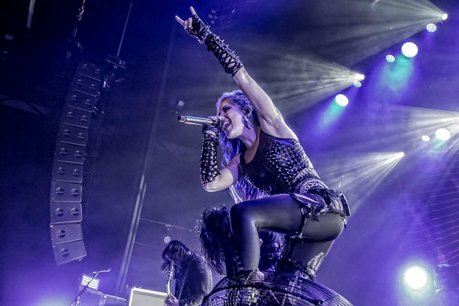 Alissa White-Gluz van Arch Enemy in 013, foto Rob Sneltjes