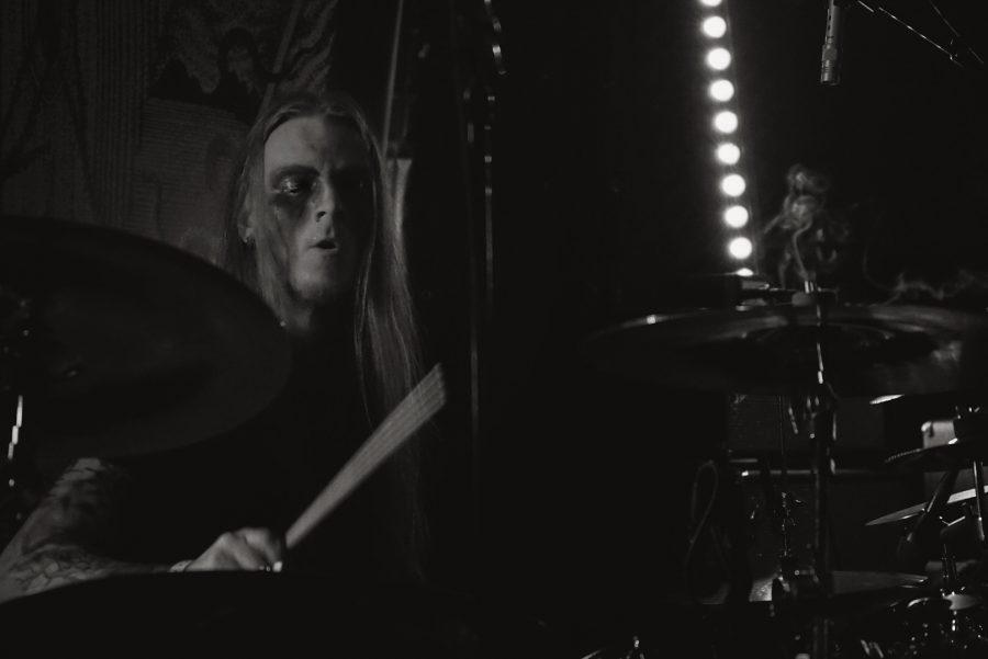 Drummer Bjarni Einarsson (Sinmara, Slidhr, Abominor) door Serpents Lens Photography