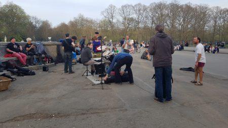 Vervelende straatmuzikanten in park Leipzig