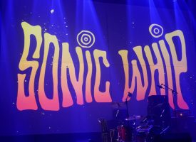 A Rawkward Review: Sonic Whip, sonische technicolor commune met bruut venijnige zweepslagen van genot