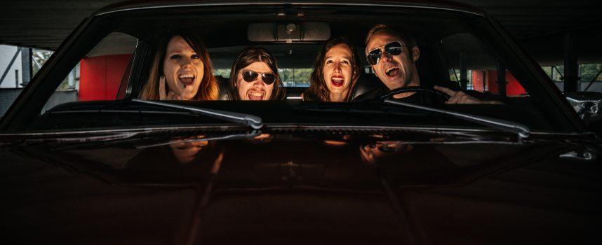 Clipprimeur: The Dirty Denims schuwen eenheidsmeuk op de radio in Turn Off the Radio + gratis download