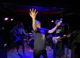 Het tourdagboek van Ink Bomb: zeewier, scheten en punkrock in het Hoge Noorden