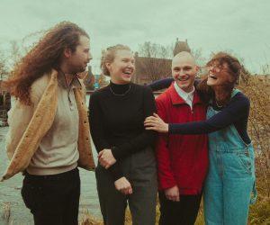 Videoprimeur: Charlie & the Lesbians keert keihard terug met Fade Away